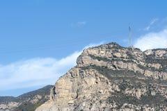 Montaña y torre del alto voltaje Imagenes de archivo