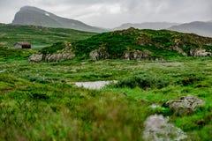 Montaña y una pequeña choza en Jotunheimen Imágenes de archivo libres de regalías