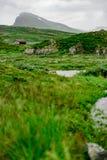 Montaña y una pequeña choza en Jotunheimen Fotos de archivo