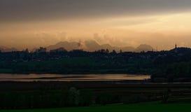 Montañas, árboles y cañas en la puesta del sol Imagenes de archivo