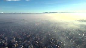 Montañas aéreas del pueblo de la cantidad almacen de metraje de vídeo