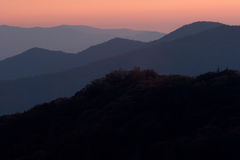 Montañas abstractas de la puesta del sol imagenes de archivo