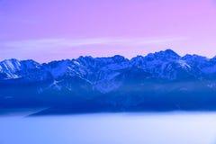 Montañas alejadas en puesta del sol Imagenes de archivo