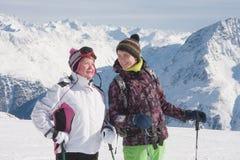 Montañas alpestres de los esquiadores en el fondo Foto de archivo libre de regalías