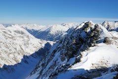 Montañas alpestres del invierno Foto de archivo libre de regalías