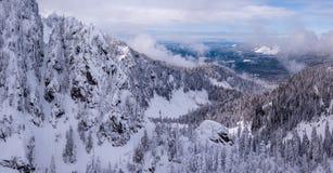 Montañas alpinas cubiertas en nieve fresca imagen de archivo