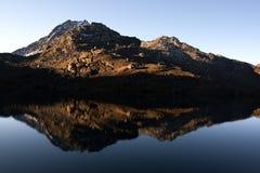 Montañas antes del lago Imagen de archivo