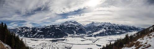 Montañas austríacas en la noche imagenes de archivo