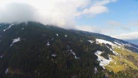 Montañas austríacas, nubes gruesas sobre el pico de montaña, humedad alta, tiempo almacen de metraje de vídeo