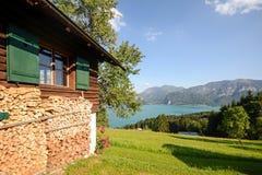 Montañas austríacas: Visión desde el pasto alpino al lago Attersee, tierra de Salzburger, Austria Imagen de archivo