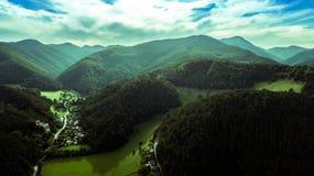Montañas austríacas y valle maravilloso fotos de archivo
