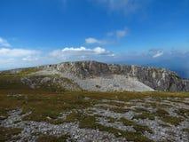 Montañas australianas superiores llanas, cielo azul hermoso Imagen de archivo libre de regalías