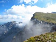 Montañas australianas superiores, nubes que fluyen sobre el top Foto de archivo