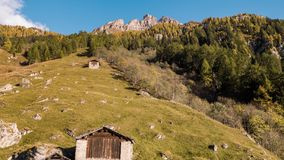 Montañas Autumn Hut Vals Switzerland Aerial 4k de la montaña almacen de metraje de vídeo