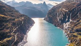 Montañas Autumn Zervreilasee Switzerland Aerial 4k de la turquesa de la presa del lago almacen de video