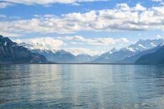 Montañas azules alrededor del lago Lemán Foto de archivo libre de regalías