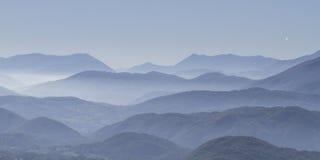 Montañas azules en el Apennines Imagen de archivo libre de regalías