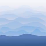 Montañas azules en la niebla Fotos de archivo
