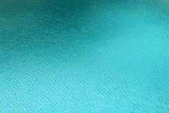 Montañas azules Francia de Chamonix de la superficie del agua del lago foto de archivo libre de regalías