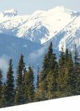 Montañas azules y picos capsulados nieve Fotografía de archivo libre de regalías