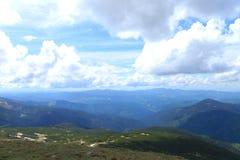 Montañas azules y verdes de las montañas con las nubes en fondo Fotografía de archivo libre de regalías