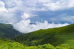 Montañas bávaras con el cielo azul con las nubes Fotografía de archivo libre de regalías