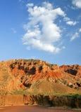 Montañas bajo el cielo azul fotos de archivo