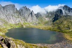 Montañas bajo el nombre Dusse Alin en Extremo Oriente ruso Khabarov Imagen de archivo