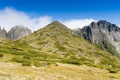 Montañas bajo el nombre Dusse Alin en Extremo Oriente ruso Khabarov Fotografía de archivo