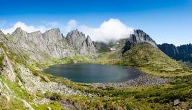 Montañas bajo el nombre Dusse Alin en Extremo Oriente ruso Khabarov Fotos de archivo