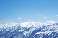Montañas bajo nieve en invierno Fotografía de archivo libre de regalías