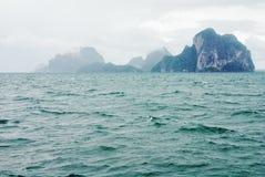 Montañas brumosas en el mar de Andaman Fotos de archivo libres de regalías