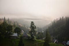 Montañas brumosas frías imagen de archivo libre de regalías
