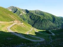 Montañas cárpatas del verde del thorugh del camino de Transfagarasan, Rumania Fotos de archivo