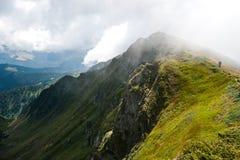 Montañas cárpatas en Ucrania y caminar Foto de archivo libre de regalías