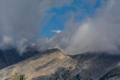 Montañas canadienses, nubes Foto de archivo libre de regalías