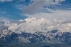 Montañas canadienses, nubes Foto de archivo