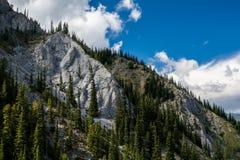 Montañas canadienses, nubes Imágenes de archivo libres de regalías