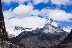 Montañas caped nieve en el parque nacional de Huascaran imagenes de archivo