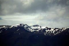 Montañas capsuladas nieve Foto de archivo libre de regalías