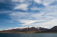 Montañas capsuladas nieve de Akureyri Imagen de archivo