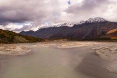 Montañas capsuladas nieve de la región de Southestern de la gama de Alaska del río de Gulkana Foto de archivo libre de regalías