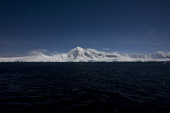 Montañas capsuladas nieve en Ant3artida. imágenes de archivo libres de regalías
