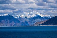 Montañas capsuladas nieve en Tíbet, TSO de Panging, Himalaya, la India imagenes de archivo