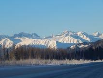 Montañas capsuladas nieve a lo largo de Haines Highway Fotos de archivo libres de regalías