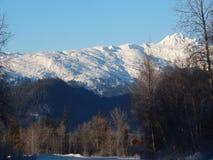 Montañas capsuladas nieve a lo largo de Haines Highway Imagen de archivo libre de regalías