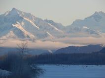 Montañas capsuladas nieve a lo largo de Haines Highway Fotografía de archivo
