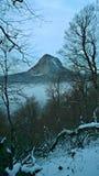 Montañas caucásicas y un pico solo de una montaña en niebla Foto de archivo libre de regalías