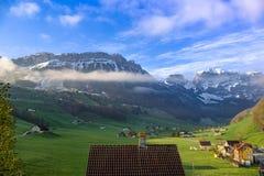 Montañas cerca de Schwende, Suiza fotografía de archivo