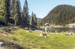 Montañas cerca de un lago imagen de archivo